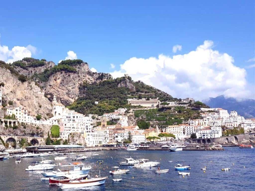 amalfikueste hafen mit schiffen italien