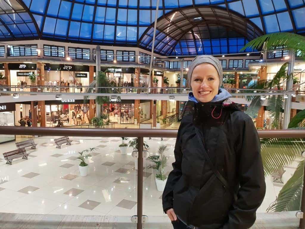 jule im einkaufszentrum flucht an kalten tagen workaway sizilien