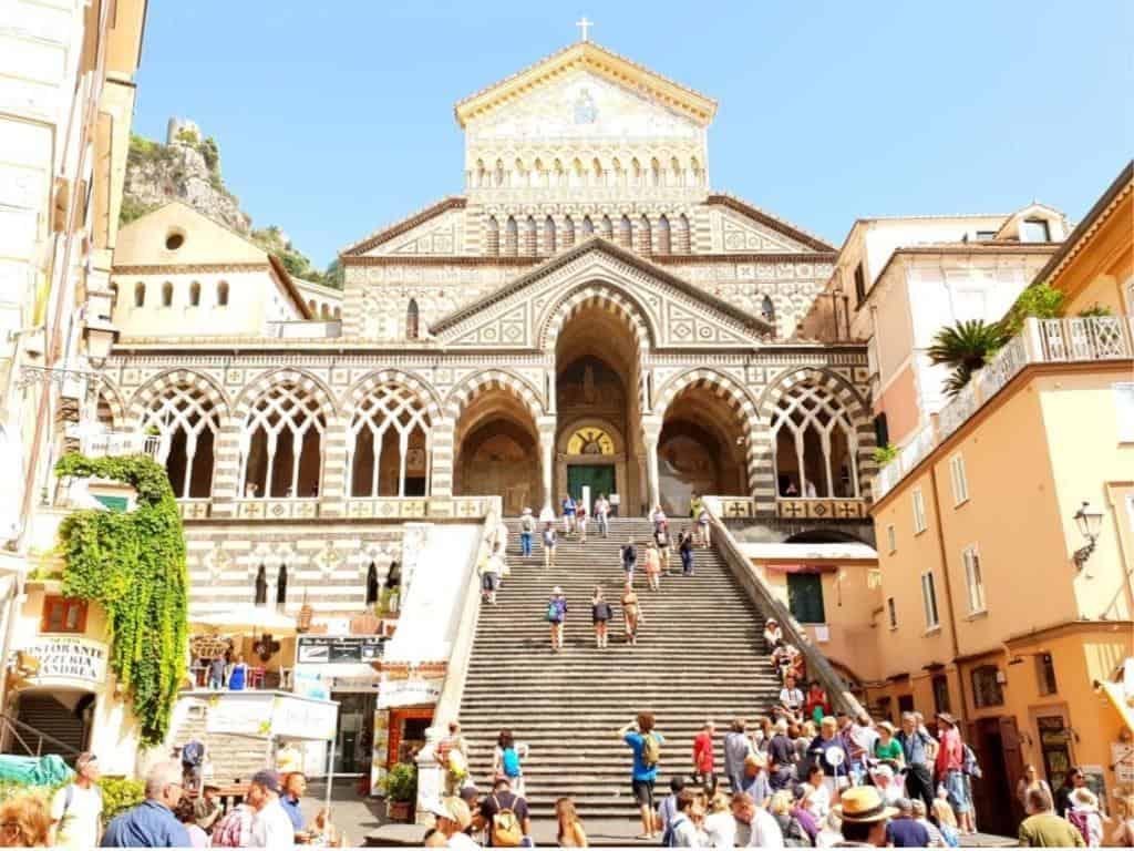 blick auf kirche in amalfi mit vielen Treppen