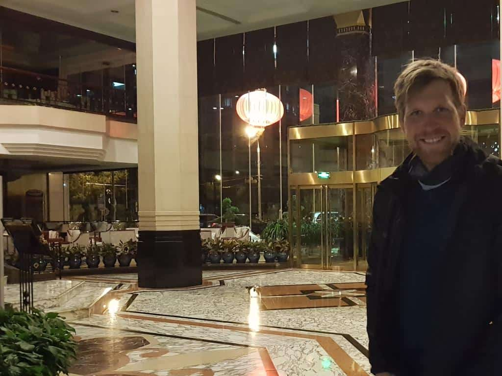 nach ankunft in china in lobby hotel prime peking nacht