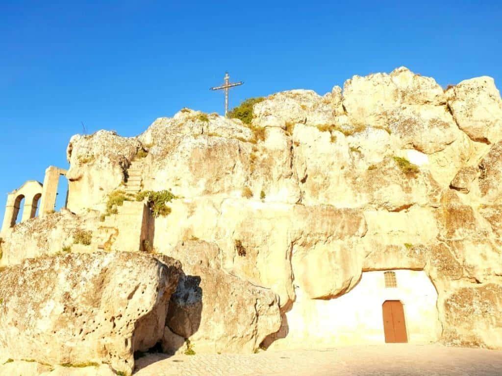 hoehlen und kirche in altstadt matera