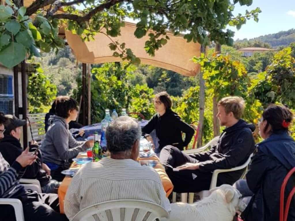 sizilien wein und essen mit familie nach weinernte