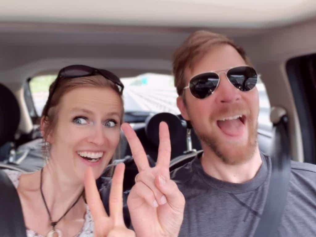 jule und jost haben spaß im auto waehrend roadtrip durch sueditalien