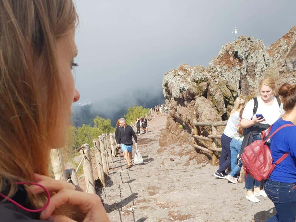 touristen laufen vesuv hoch