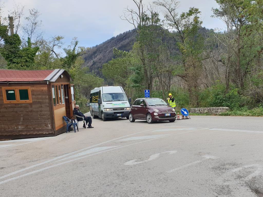 parkplatz mit kontrolle hochfahrt vesuv