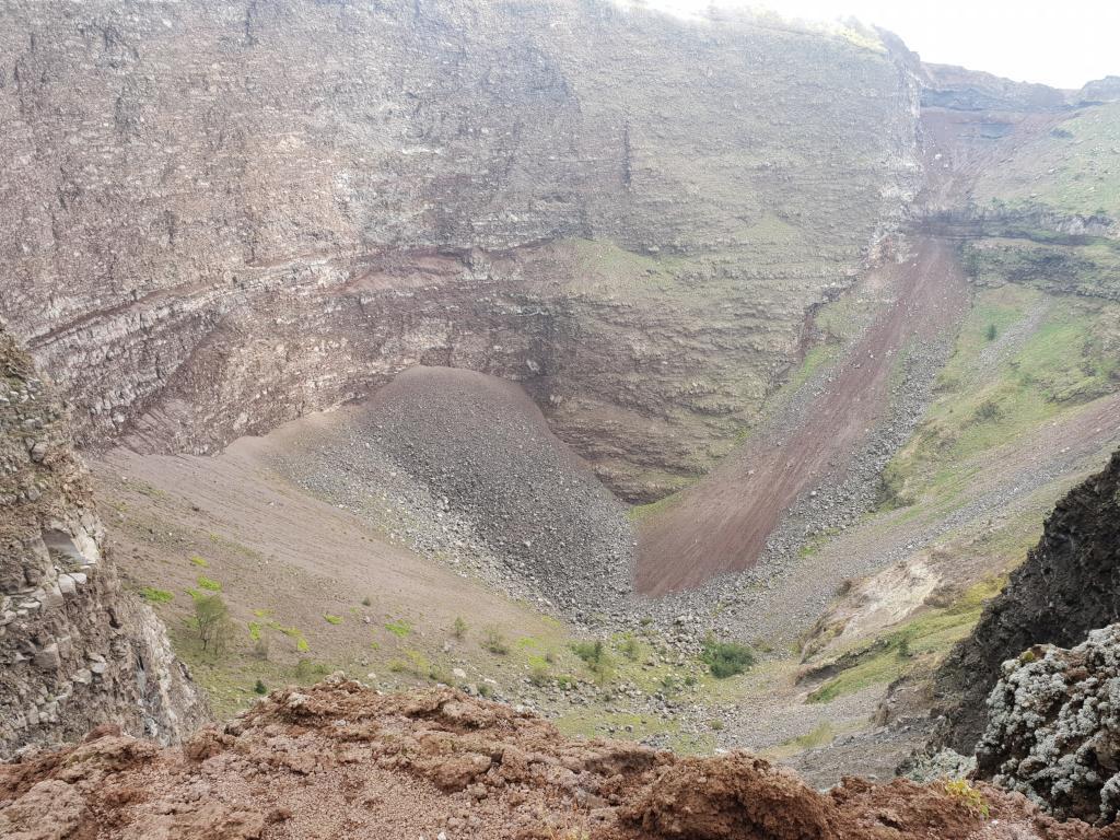 blick in den krater des vesuv