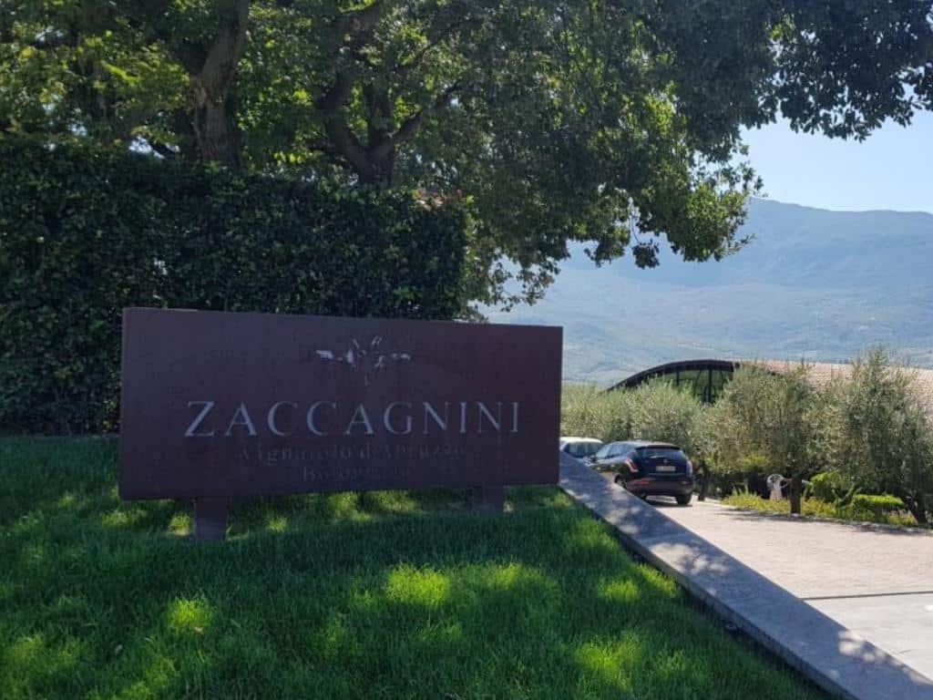einfahrt zum abrruzen weingut zaccagnini in italien