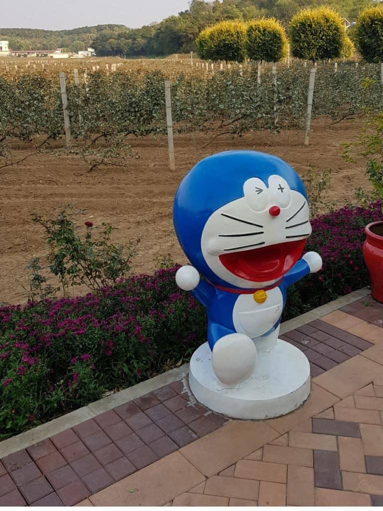 comicfigur zwischen den weinreben im chateau changyu afip in peking