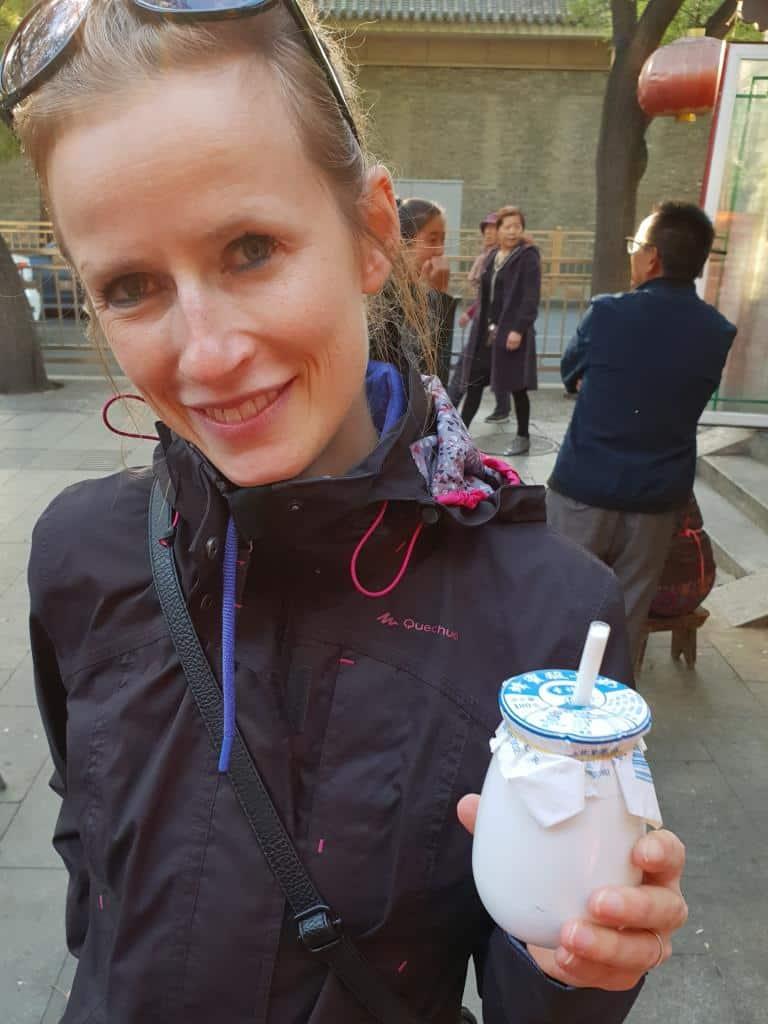 jule trinkt chinesischen joghurtdrink streetfood peking china