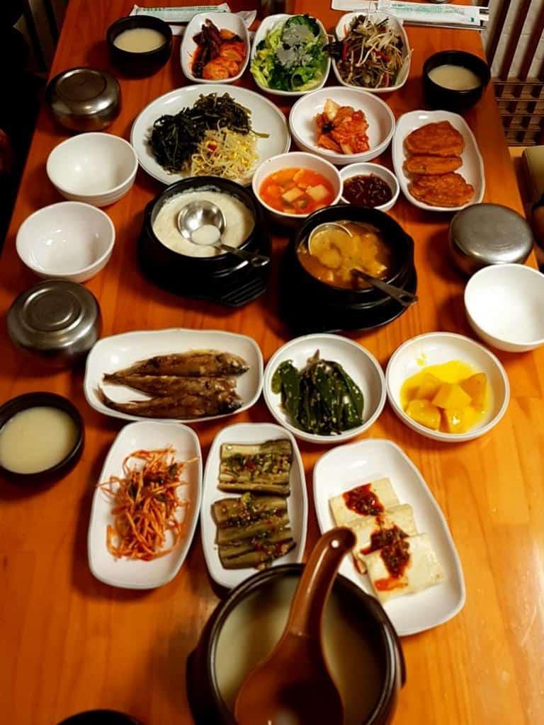 traditionell suedkoreanisches essen mit reiswein