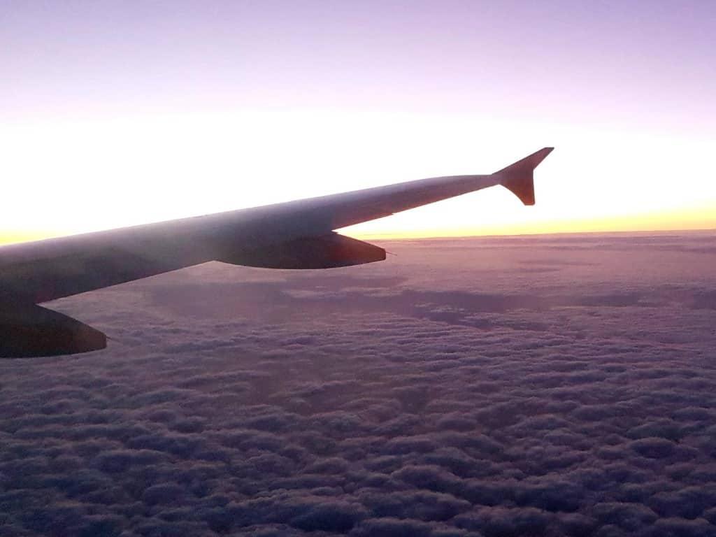 blick aus einem flugzeug auf den himmel und die wolken