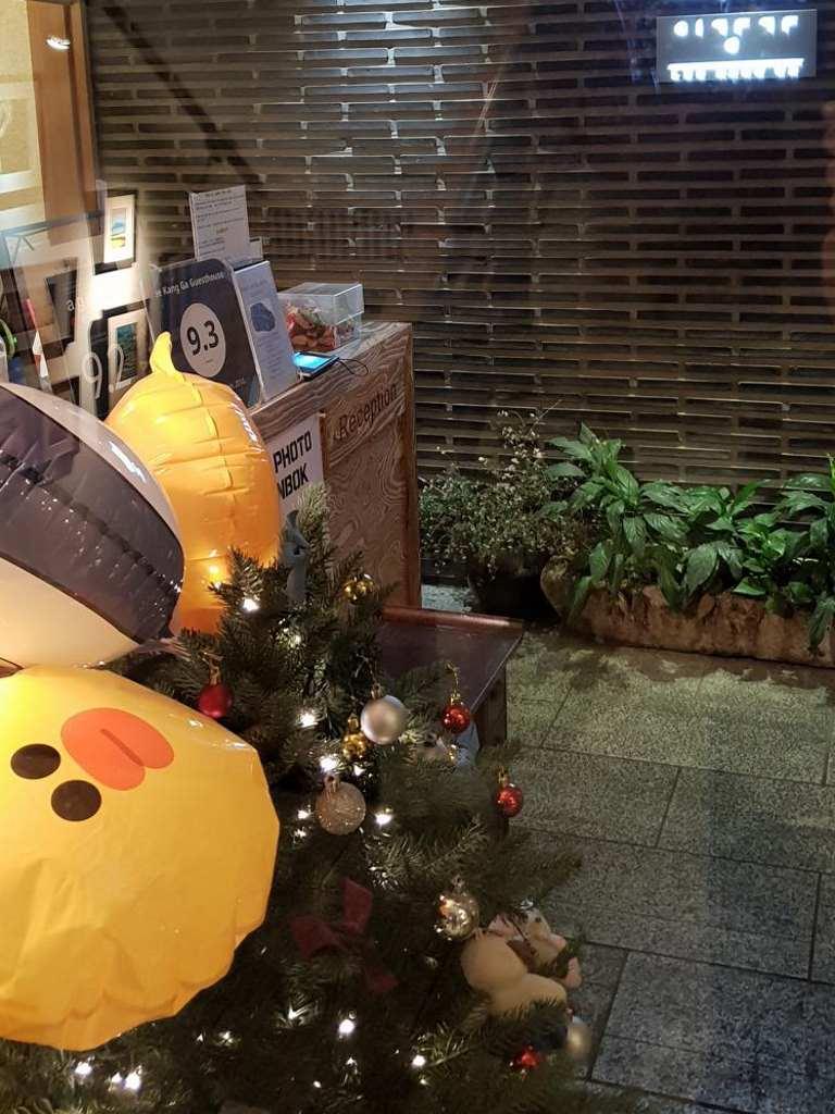 weihnachtsbaum in der rezeption unseres guesthouse in hongdea seoul