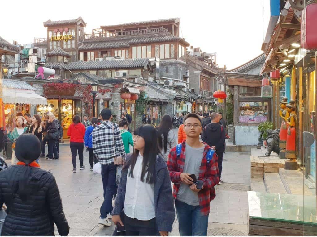 belebte strasse mit vielen menschen im hutong altstadt peking
