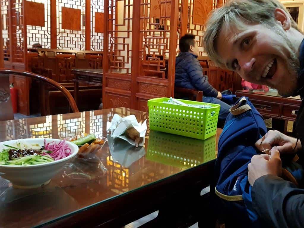 jost im hutong beim günstigen streetfood essen peking china