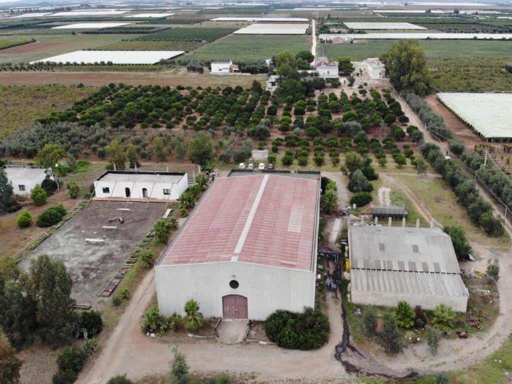 luftaufnahme vom weingut perrini den gebaeuden und der farm