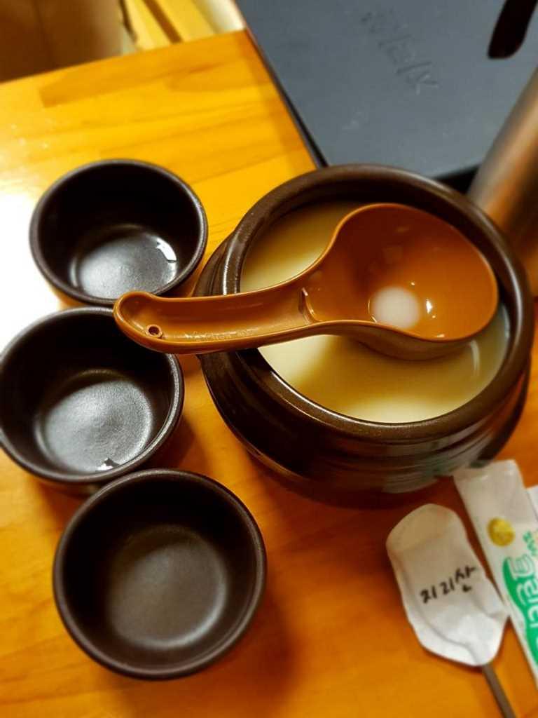 traditioneller reiswein wie er in suedkorea zum essen gereicht wird