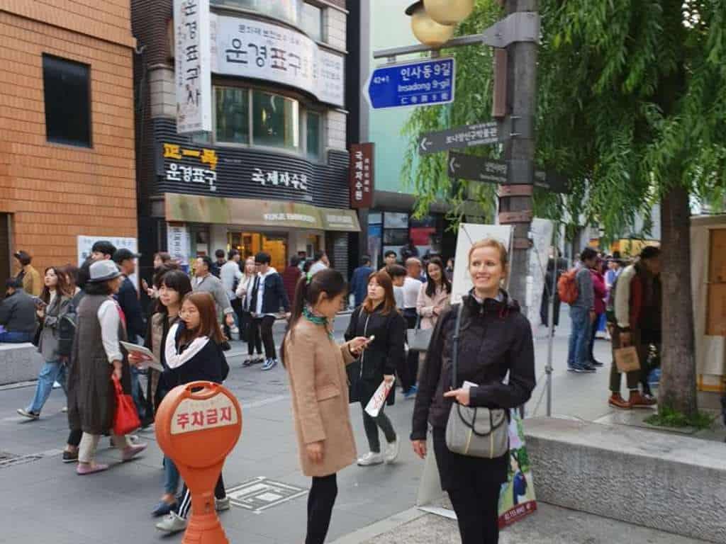 seohee und jule auf der suche nach dem restaurant