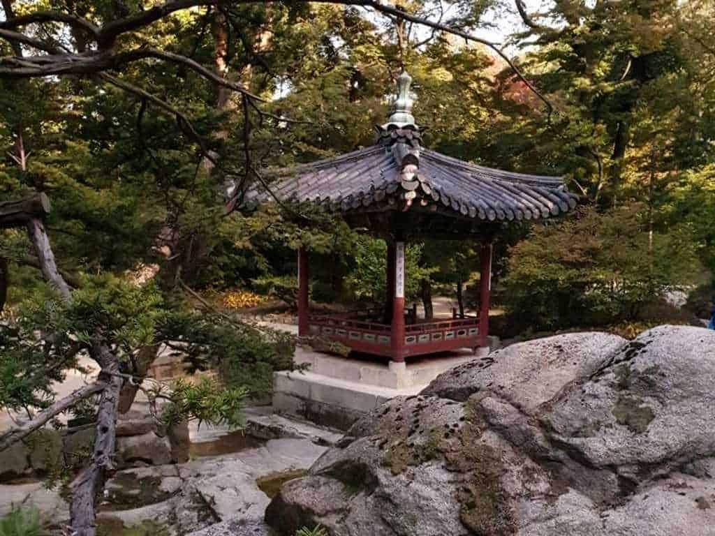 traditionelles haus im tempel in seoul in dem gespielt und reisschnaps getrunken wurde