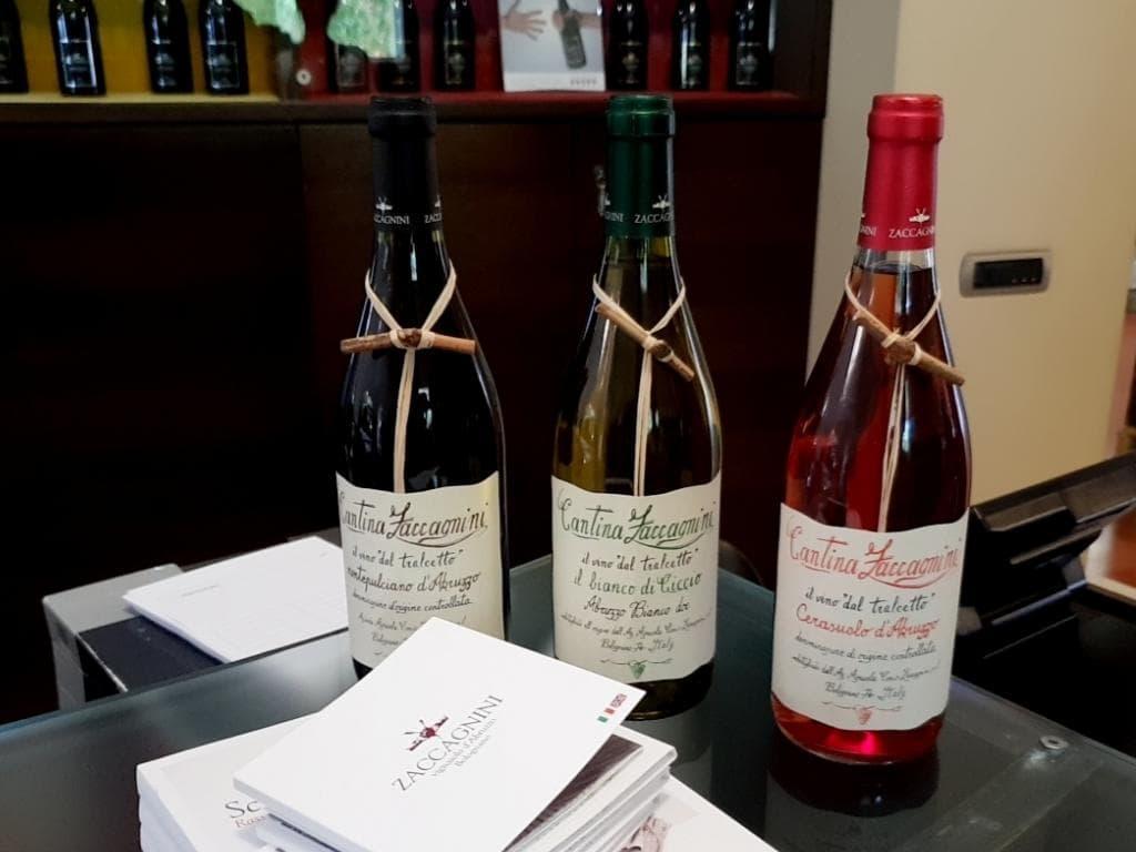 drei weinflaschen von zaccagnini mit bekanntem rebstock an der flasche