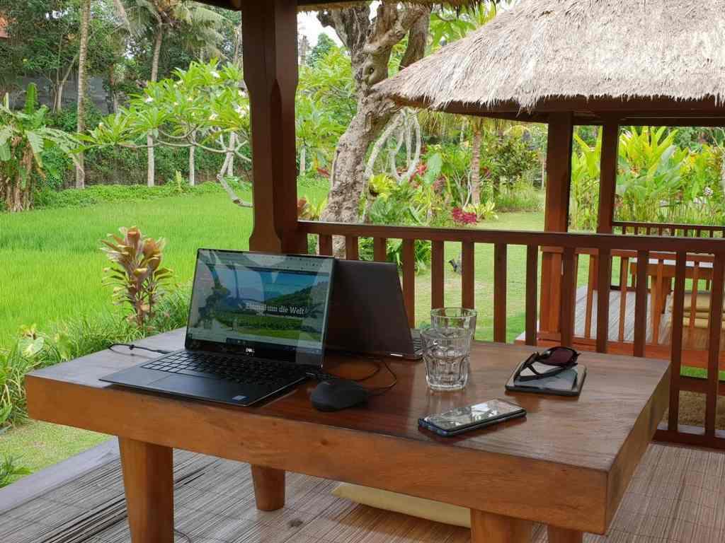 das outdoor büro von jost und jule im  byasa hotel in ubud bali