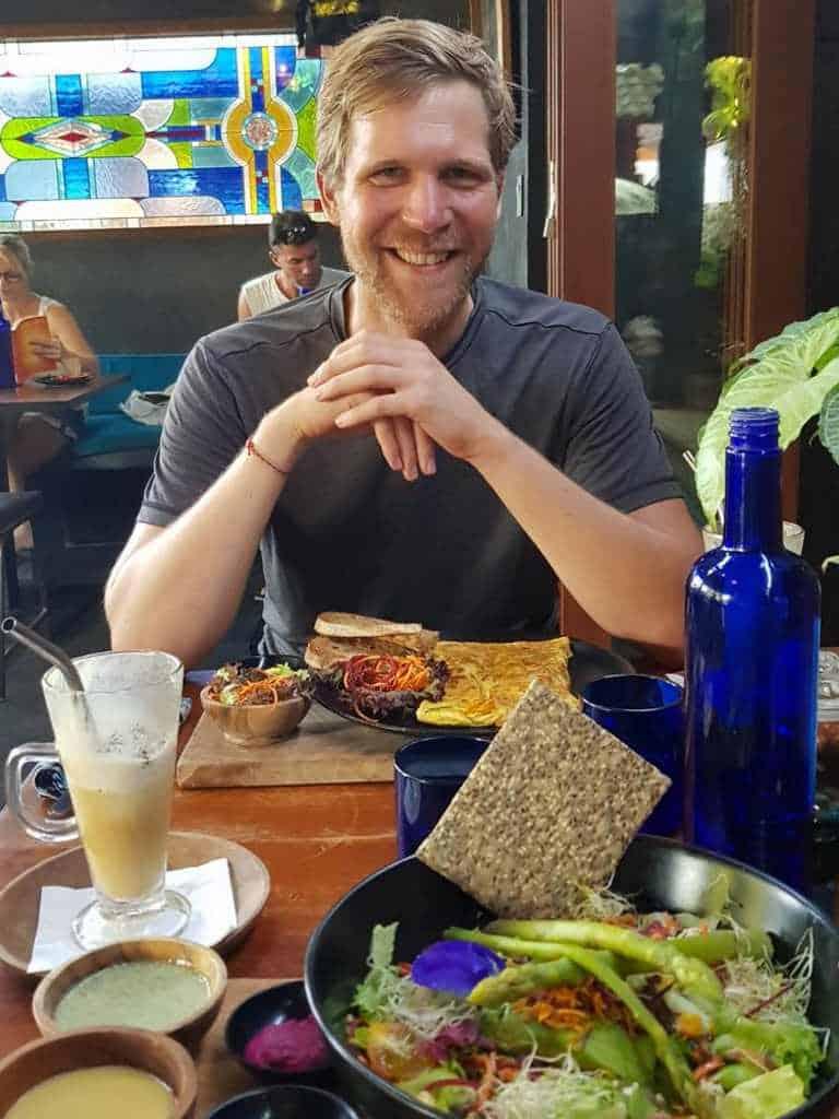 gut essen gehen in canggu auf bali mit jost