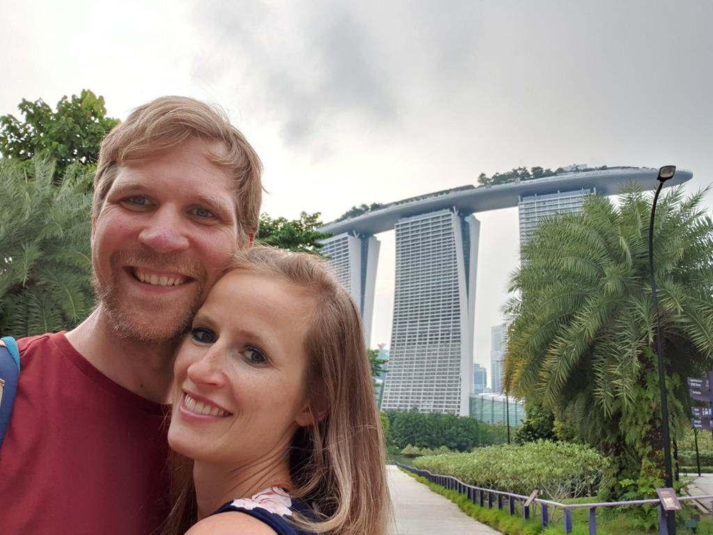 jost bettinga in singapur vor dem marina bay sands hotel mit jule