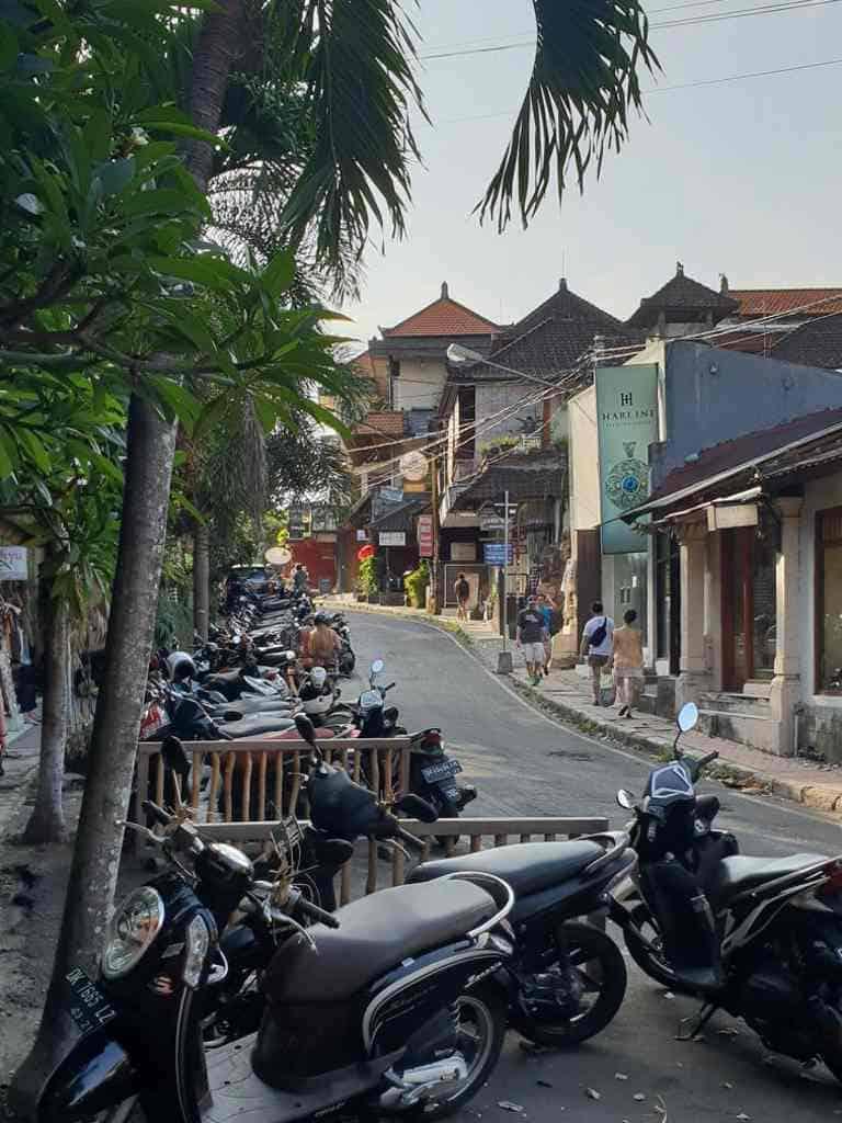 Viele Roller in einer Strasse auf Bali in Indonesien