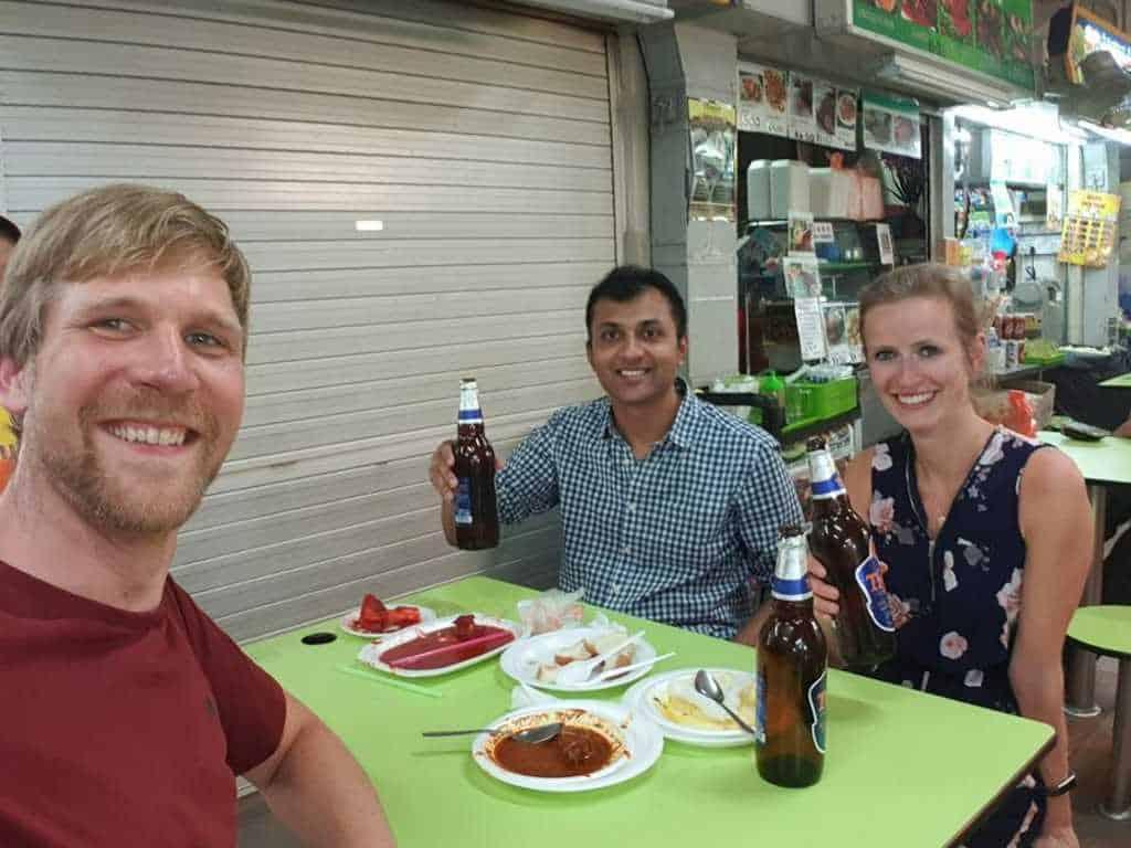 jost bettinga kaustubh jule in einem food court auf der golden mile in singapur