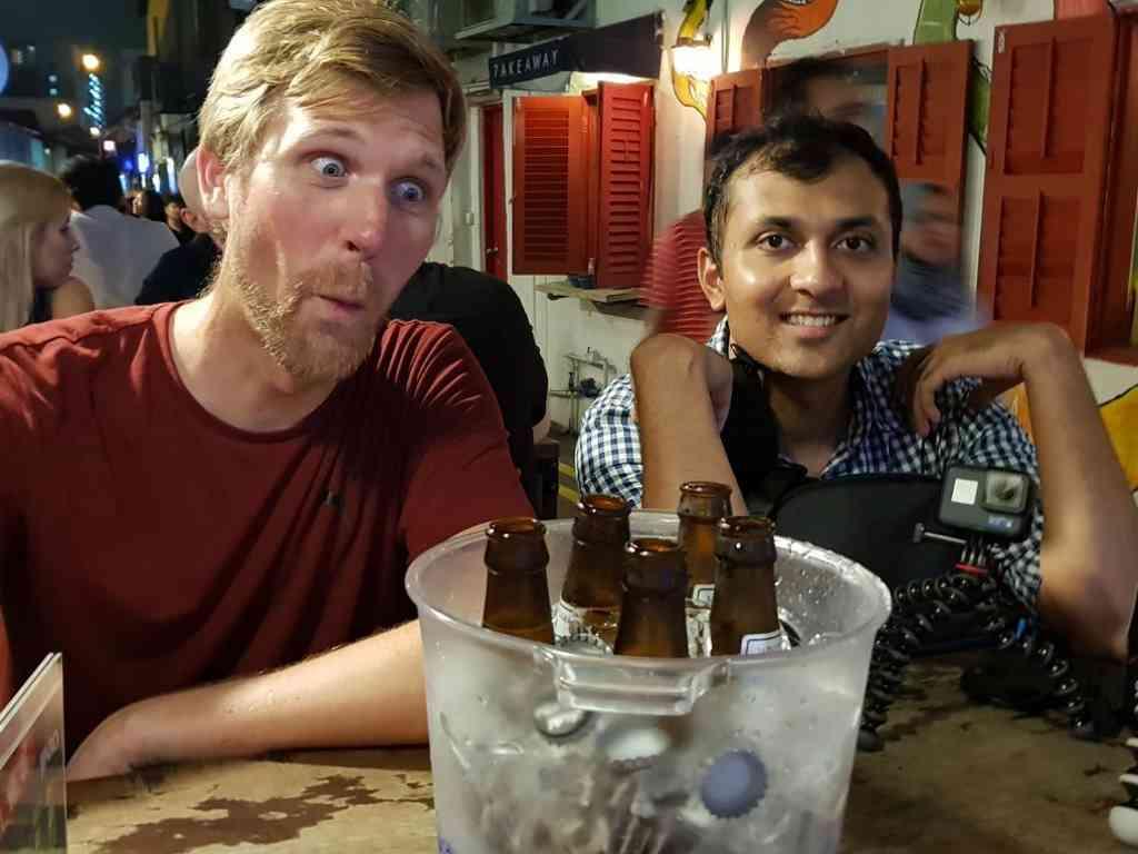 nachtleben mit jost und kaustubh vor einem eimer mit 5 kleinen bier