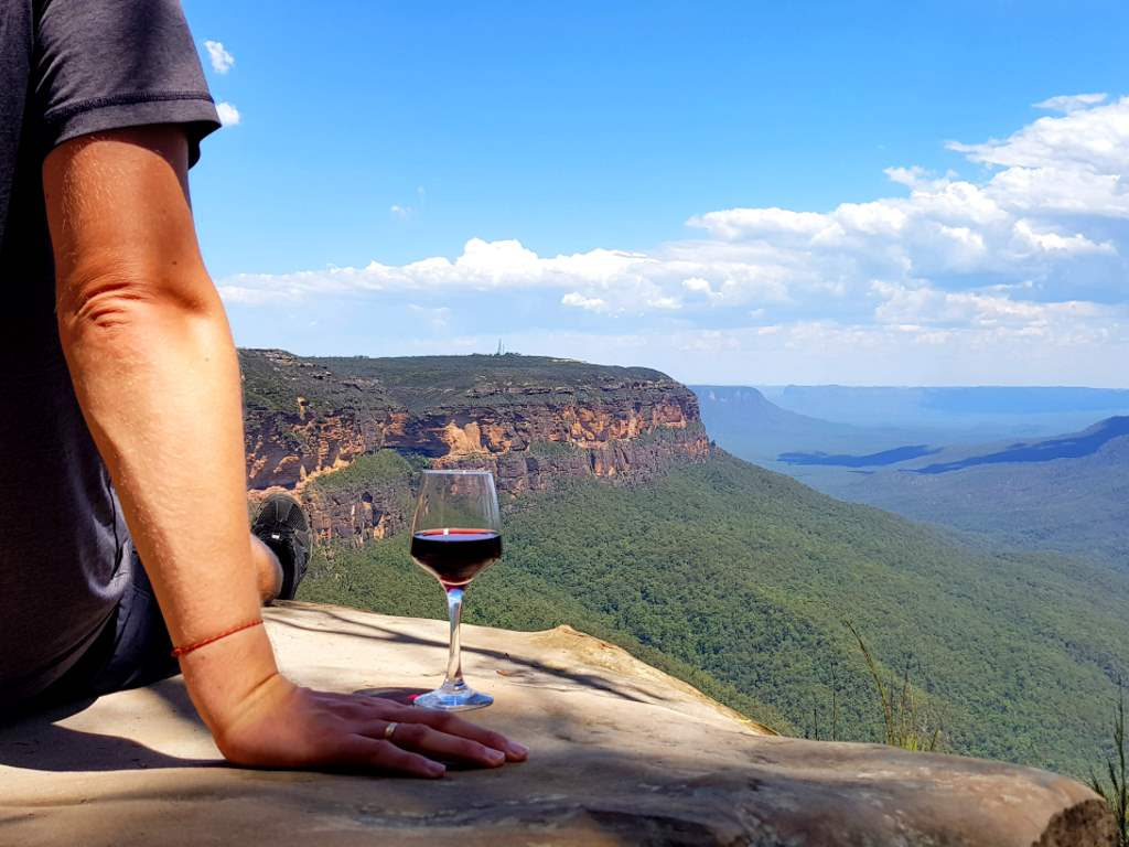 jost bettinga mit wein in australien mit weinglas auf den klippen der blue mountains