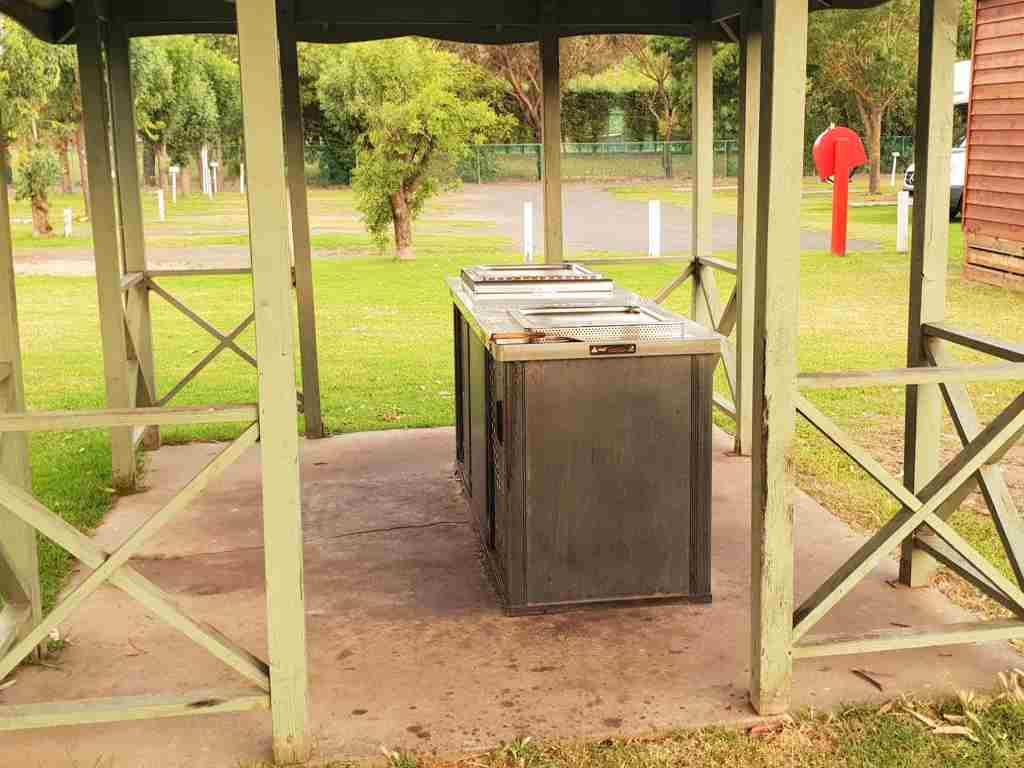 ein bbq grill auf einem campingplatz in australien