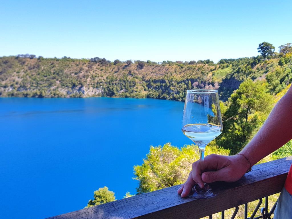 blue lake mount gambier mit weinglas