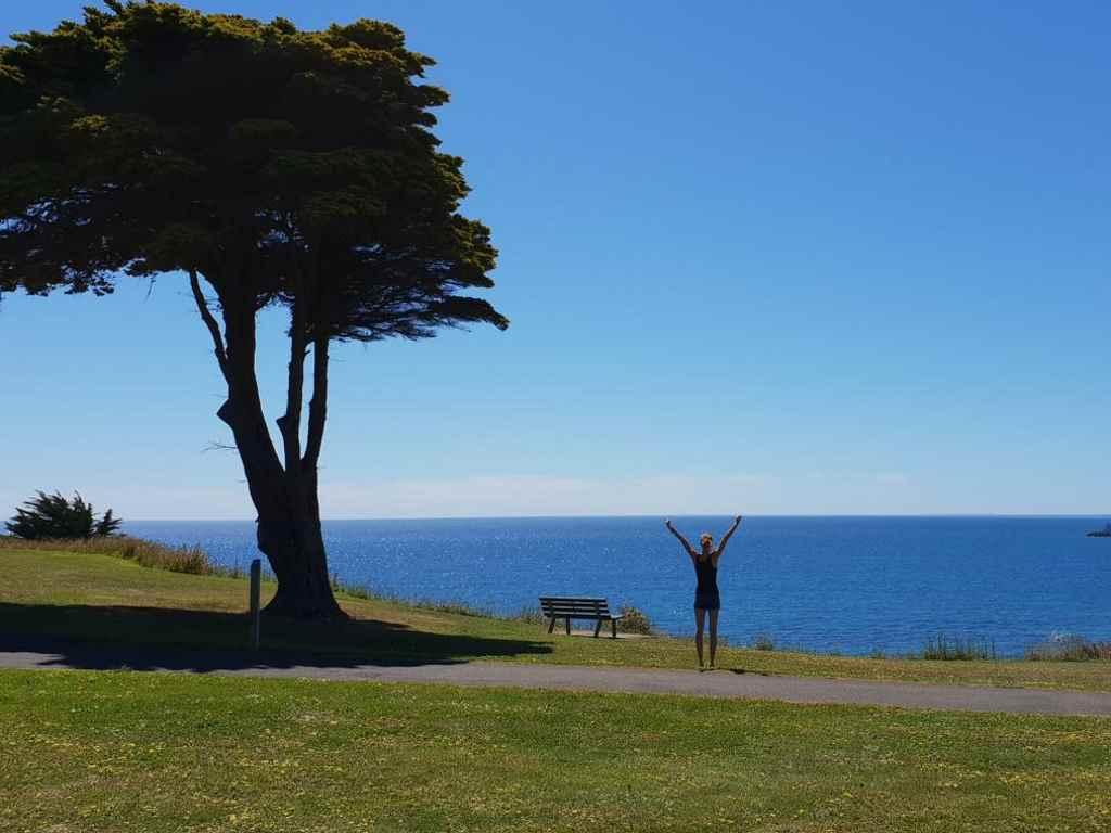 jule in der australischen natur mit dem meer im hintergrund