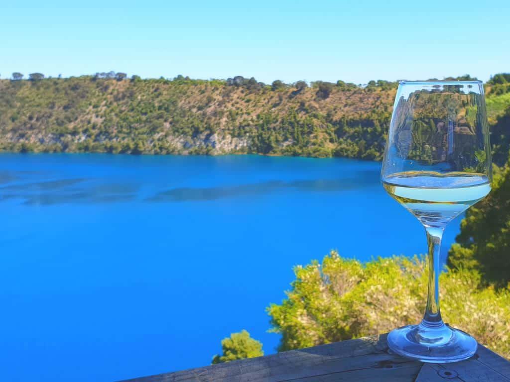 blue lake beim mount gambier mit weinglas