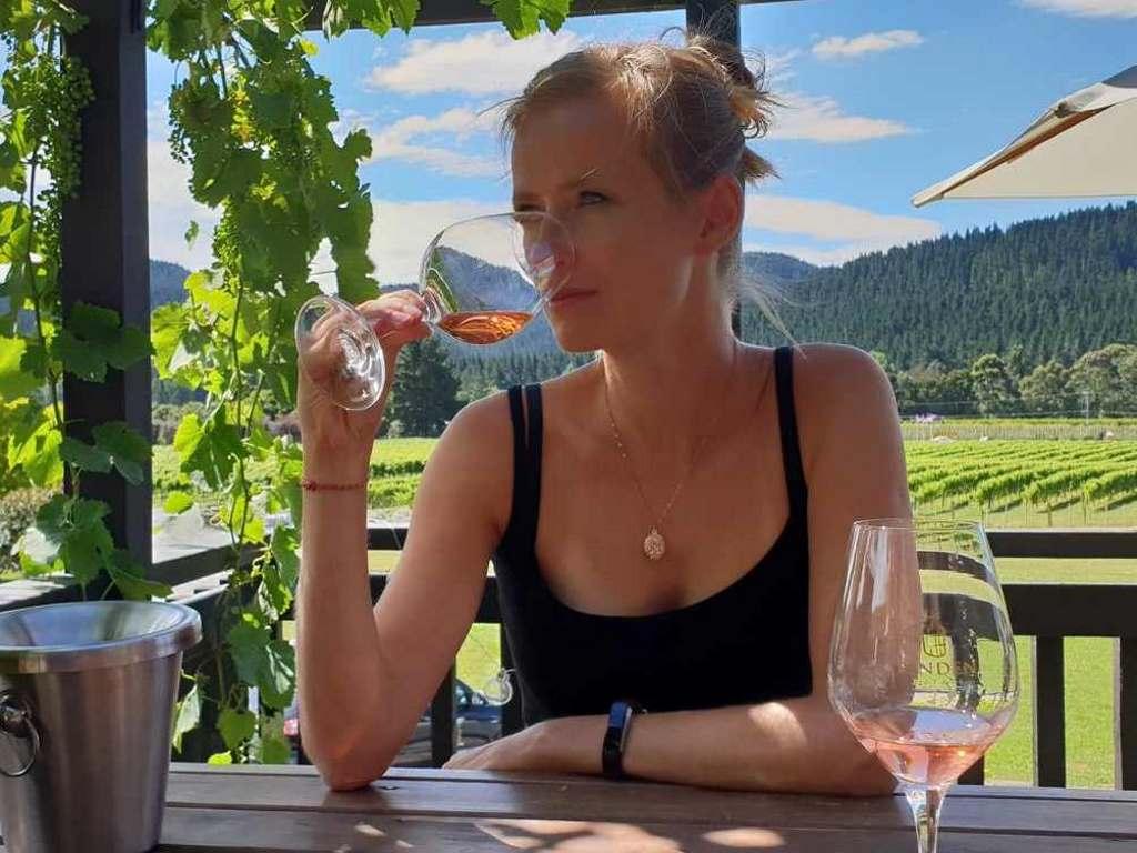 juliane bettinga bei der weinverkostung im linden estate weingut in hawkes bay neuseeland