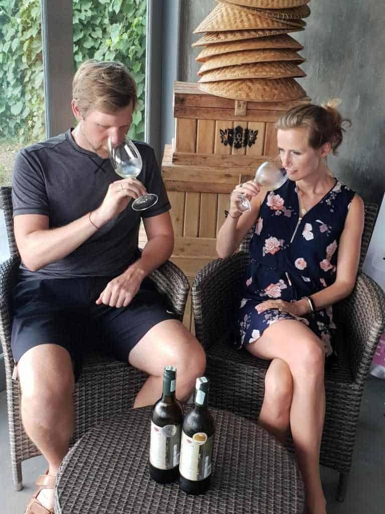 jost und jule bettinga bei weinverkostung hatten wines