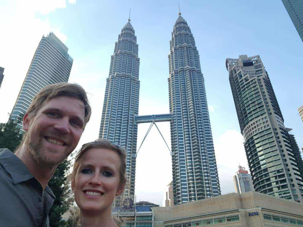 juliane bettinga und jost bettinga vor den partonas towers in kuala lumpur