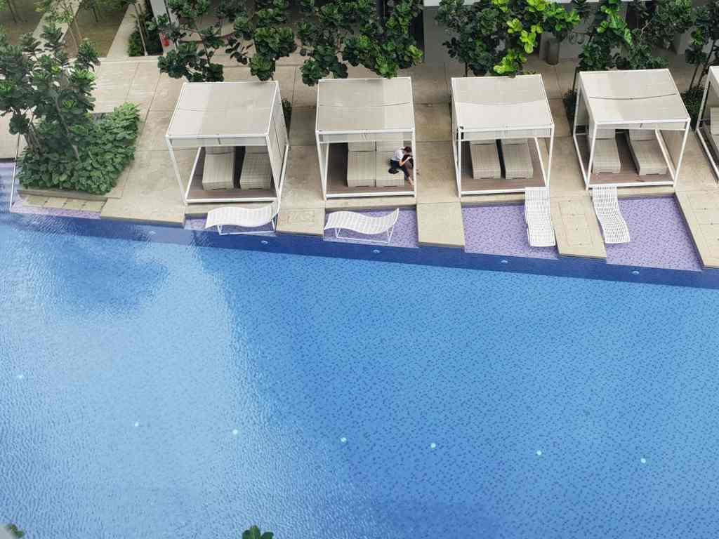 blick auf den pool vom the robertson apartment in kuala lumpur